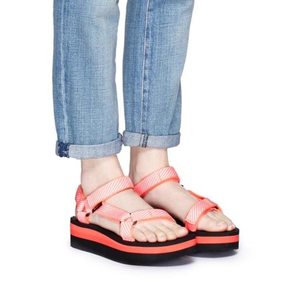 f5f60c747fe3b6 Teva flatform universal candy stripe print sandals
